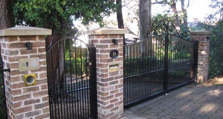 Southern Cross Fencing & Gates Logo